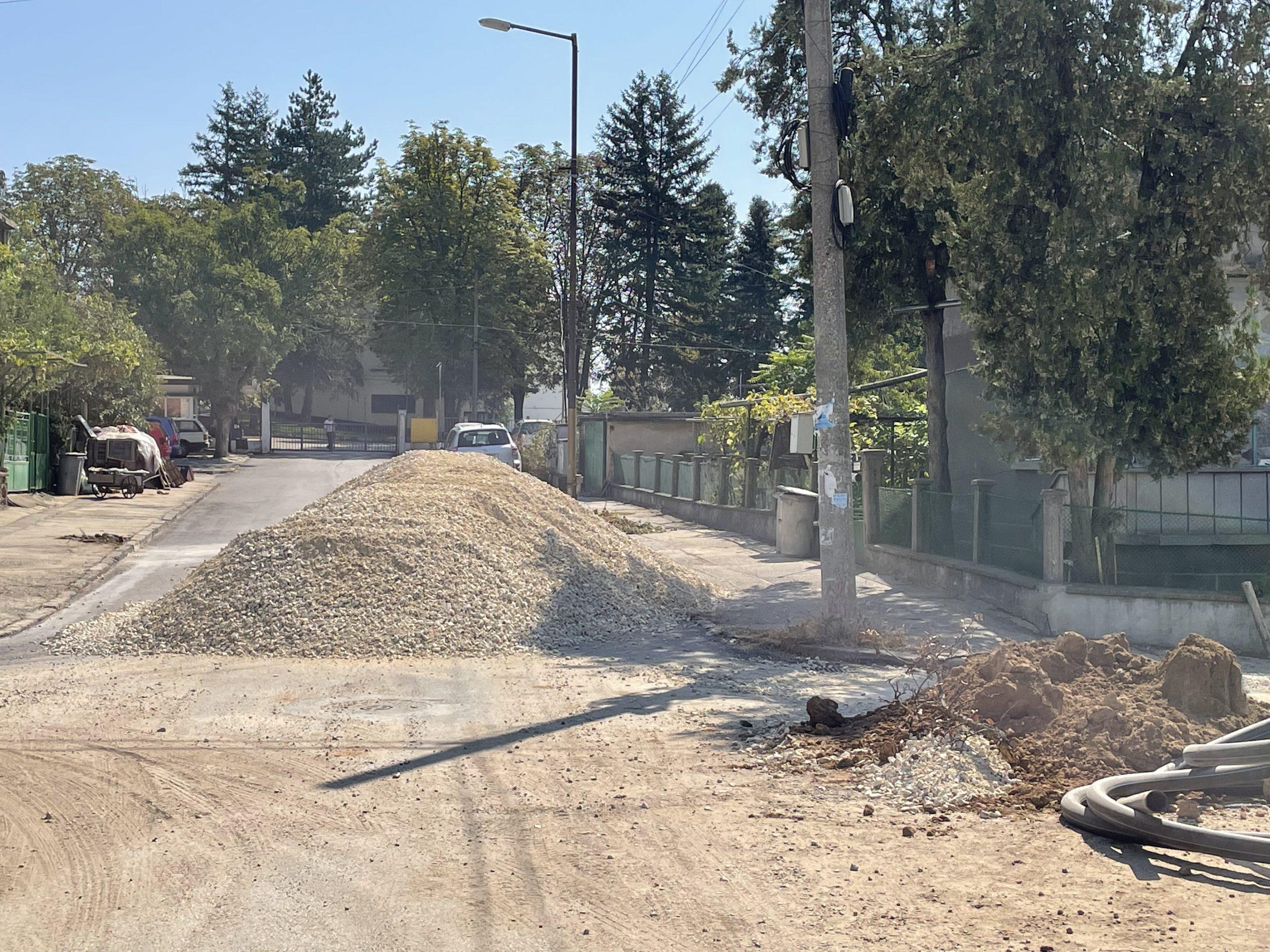 ВиК Червен бряг нерегламентирано затвориха входа на частна фирма
